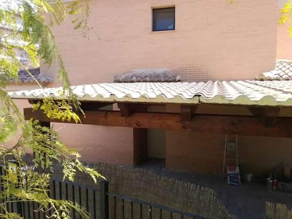 Porche de madera con panel sándwichTeja
